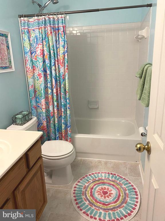 Upstairs Full Bath - Tile Floor & Linen Closet - 14103 RED ROCK CT, GAINESVILLE
