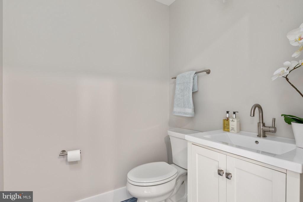 Powder room - 250 LOUDOUN ST SW, LEESBURG
