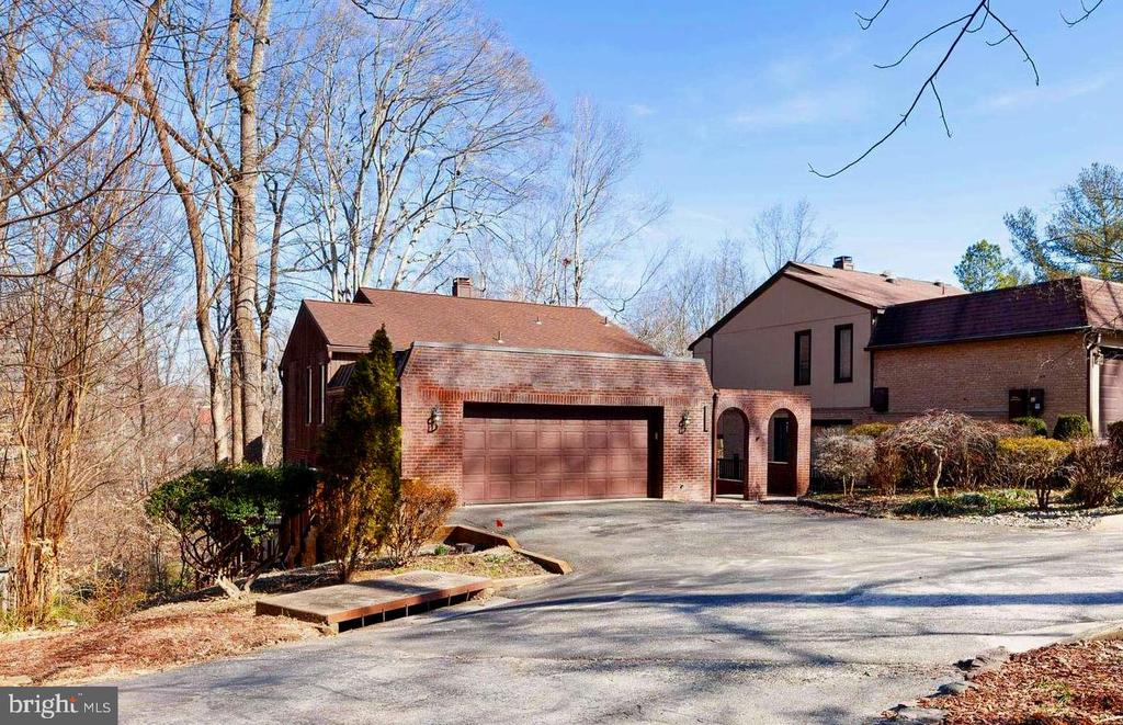 Primo corner lot in with tons of privacy. - 3300 GINGER TREE CT, FAIRFAX