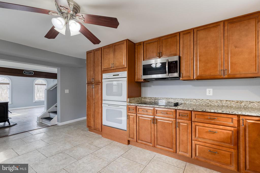 Gourmet kitchen with upgraded cabinets - 9011 BACKLICK RD, FORT BELVOIR