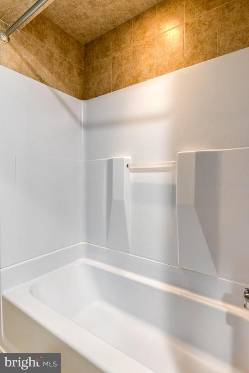 has a tub/shower combo - 9011 BACKLICK RD, FORT BELVOIR