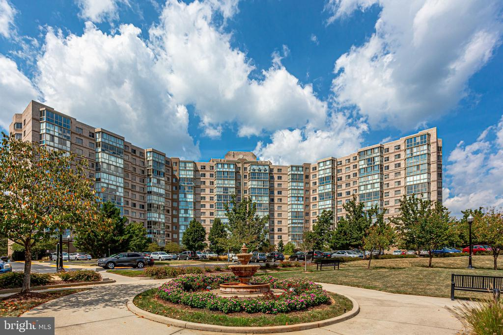 Resort-like living in Lansdowne Woods - 19365 CYPRESS RIDGE TER #1007, LEESBURG