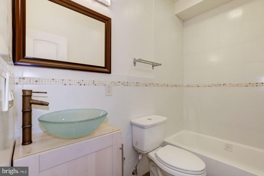 Full Baths with Tub/Shwoer - 335 H ST NE, WASHINGTON