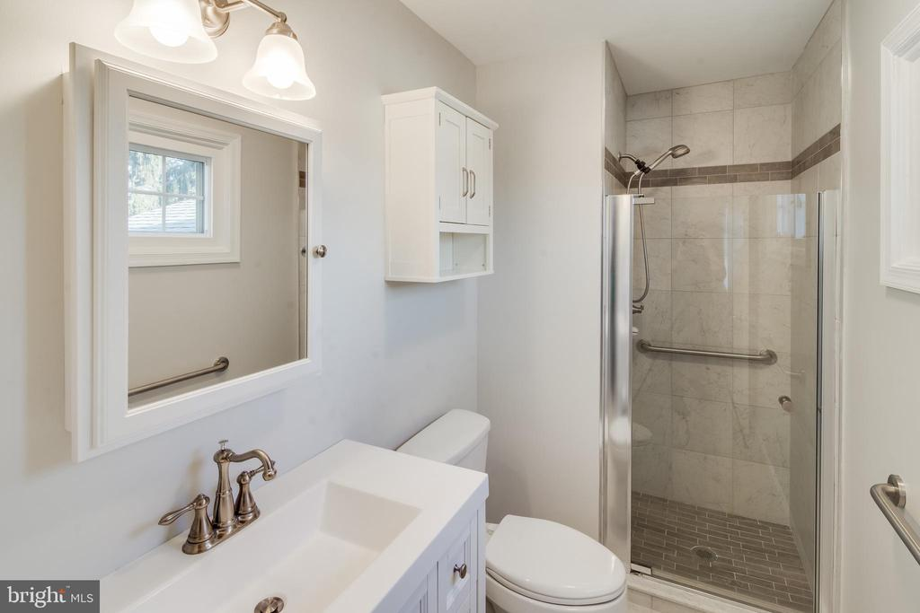 Updated primary bath - 302 S COLLIER CT, STERLING