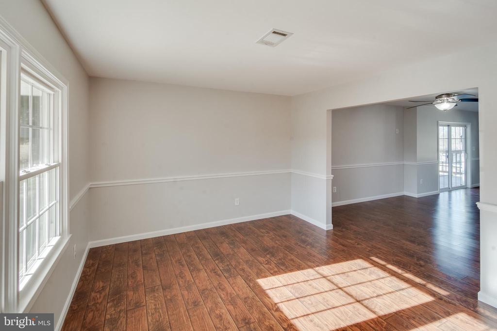 You'll love the sunny formal living room - 302 S COLLIER CT, STERLING
