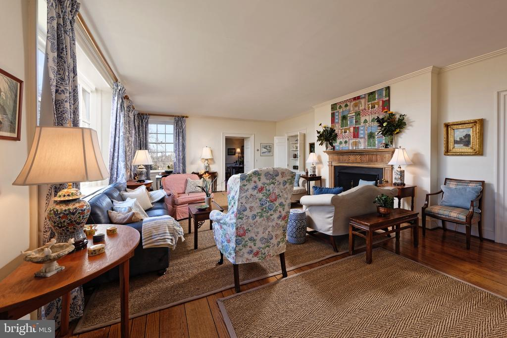 Large Living Room has built-ins and fireplace - 21943 ST LOUIS RD, MIDDLEBURG