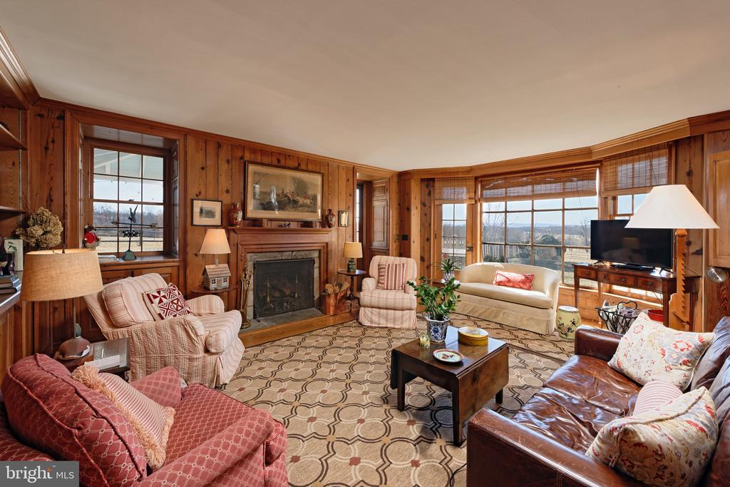 Antique pine paneled Den with bay window - 21943 ST LOUIS RD, MIDDLEBURG