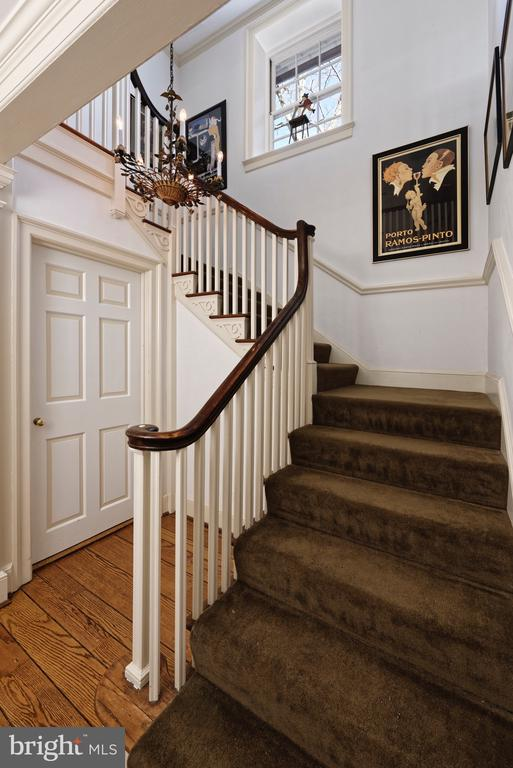 Lovely open staircase - 21943 ST LOUIS RD, MIDDLEBURG