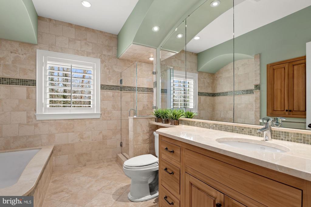 Bath - 825 CLINTON PL, MCLEAN