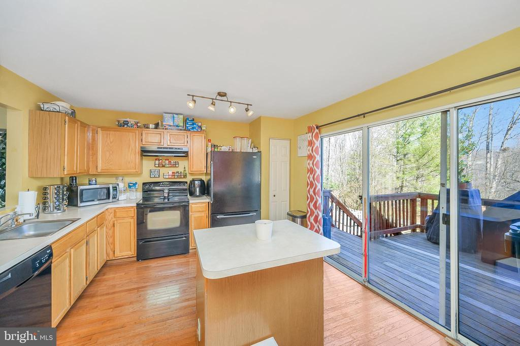 Kitchen with Island - 706 PINNACLE DR, STAFFORD