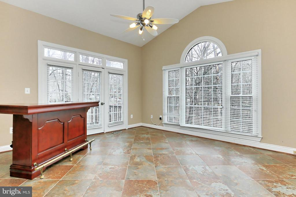 The Sun Room w/ gorgeous windows and... - 6302 KNOLLS POND LN, FAIRFAX STATION