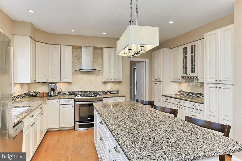 Ample counter and cabinet space! - 6302 KNOLLS POND LN, FAIRFAX STATION