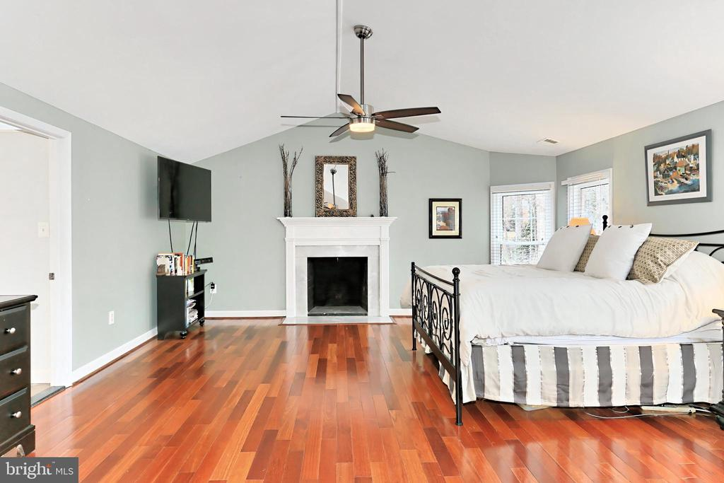 Relax and unwind by the fireplace! - 6302 KNOLLS POND LN, FAIRFAX STATION