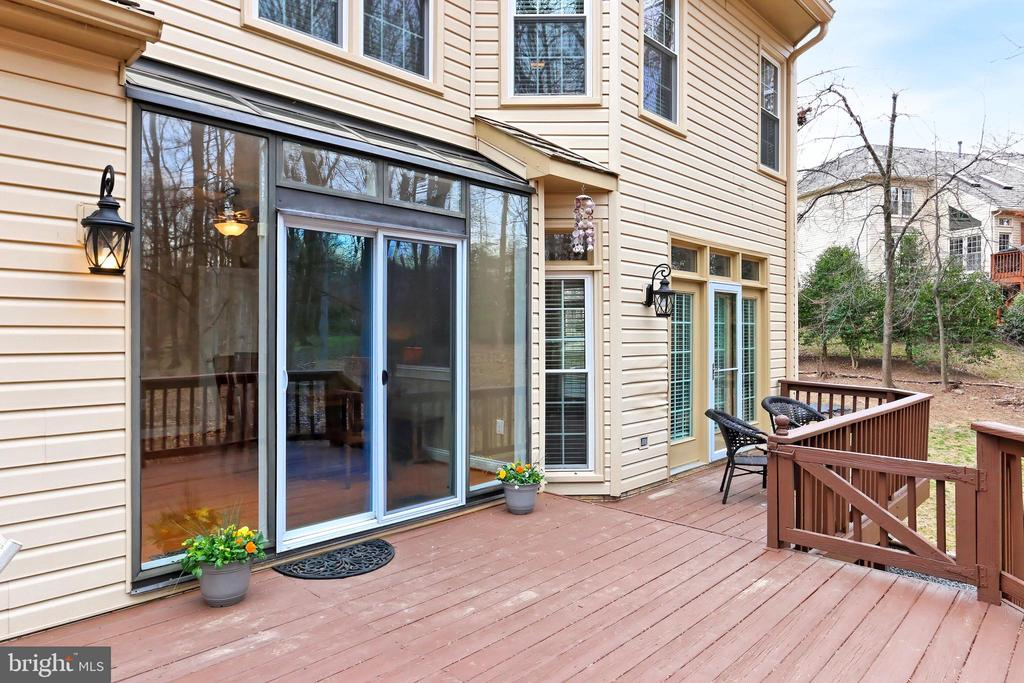 Enjoy quiet time or entertain outside on the deck! - 6302 KNOLLS POND LN, FAIRFAX STATION