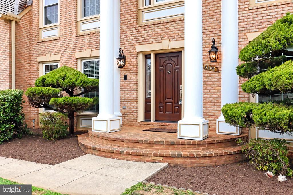 A stately portico entrance for your guests! - 6302 KNOLLS POND LN, FAIRFAX STATION