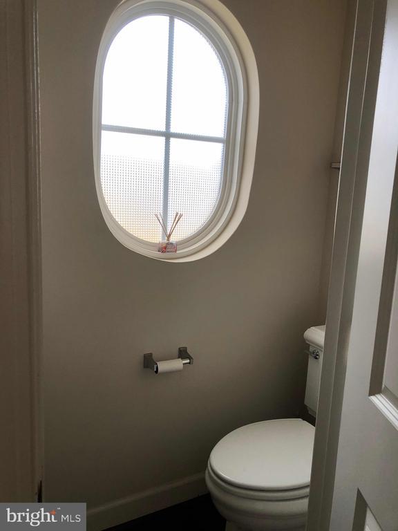 Half bathroom - 23600 BENNETT CHASE DR, CLARKSBURG