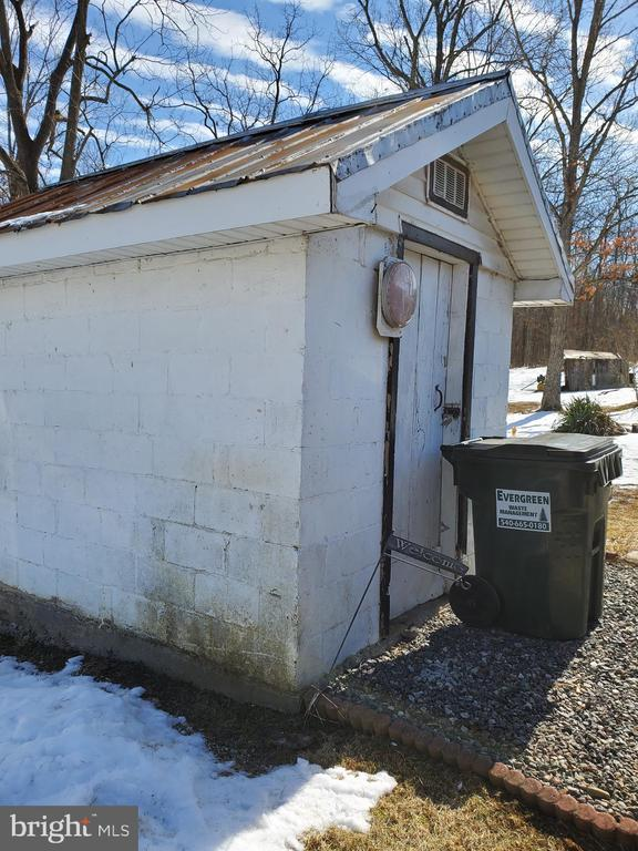 8 X 10  CINDER BLOCK SHED W/ METAL ROOF - 1700 KIMBLE RD, BERRYVILLE