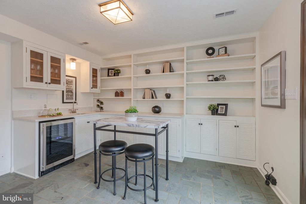 Family Room with bar area with beverage fridge - 4741 23RD ST N, ARLINGTON