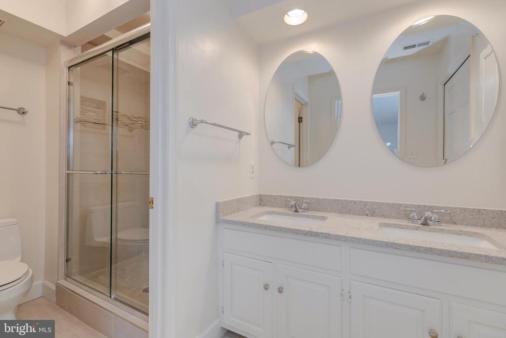 Spa-like bathroom with double vanity w/Granite - 4741 23RD ST N, ARLINGTON