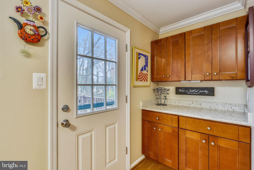 Butler's pantry with granite countertop - 10828 DOUGLAS AVE, SILVER SPRING