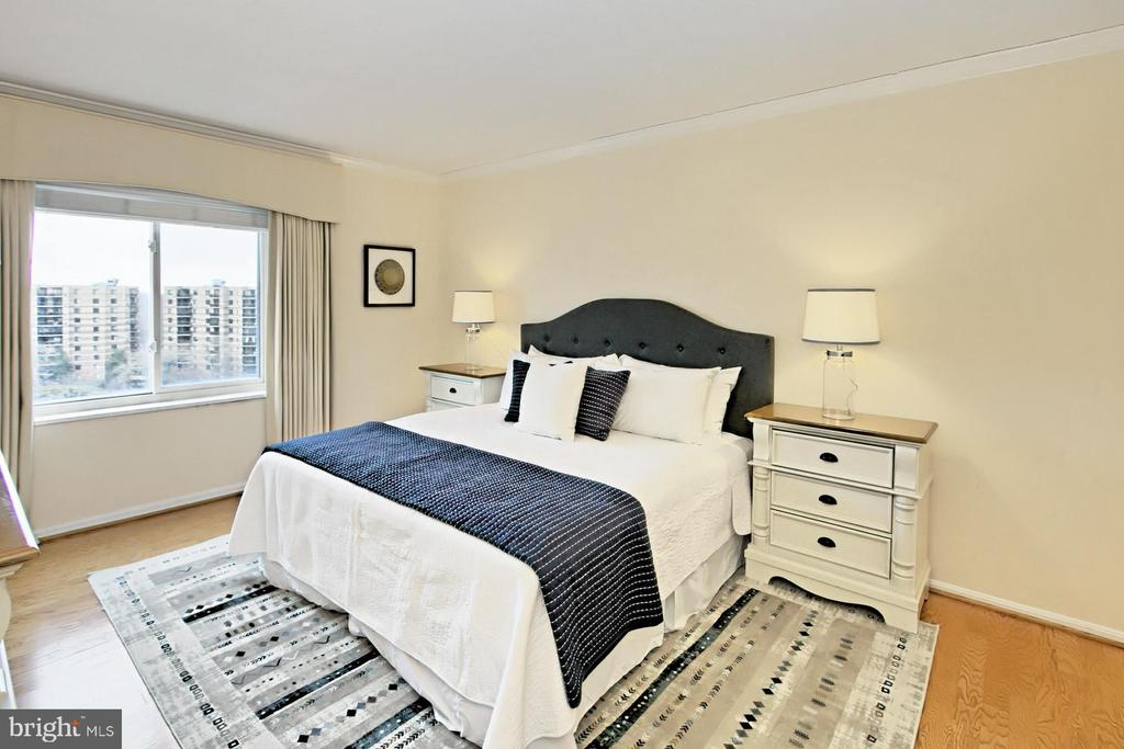 Can easily accommodate a King-sized bed! - 8380 GREENSBORO DR #1017, MCLEAN