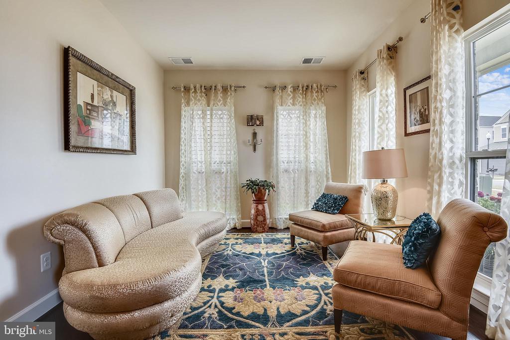 Den or Living Room - 42897 BEAVER CROSSING SQ, ASHBURN
