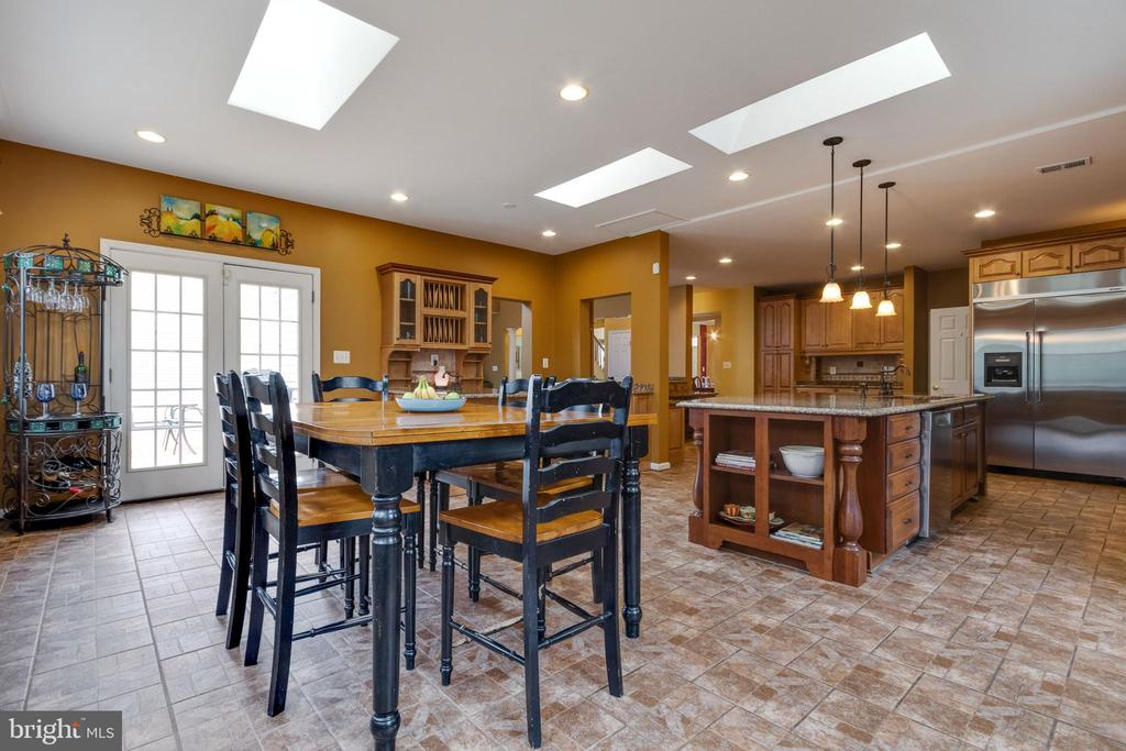 Large eating area in kitchen - 15230 BOWMANS FOLLY DR, MANASSAS