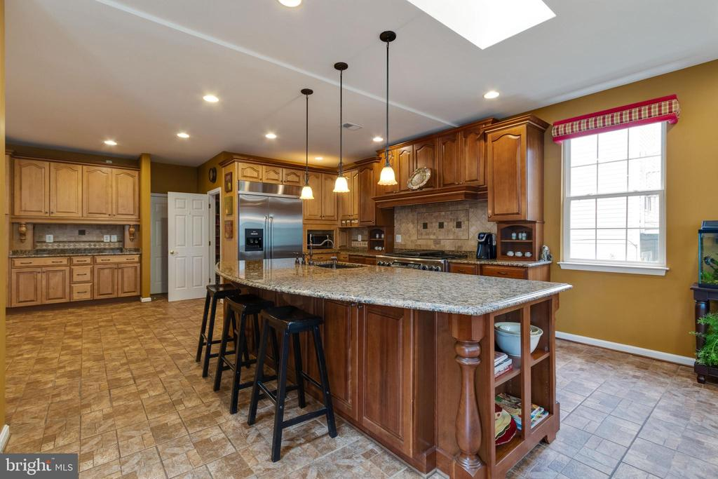 Expansive island, granite countertops - 15230 BOWMANS FOLLY DR, MANASSAS