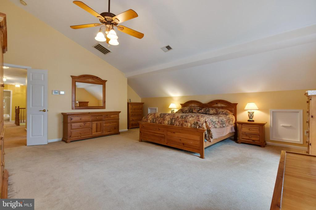 spacious primary bedroom - 15230 BOWMANS FOLLY DR, MANASSAS