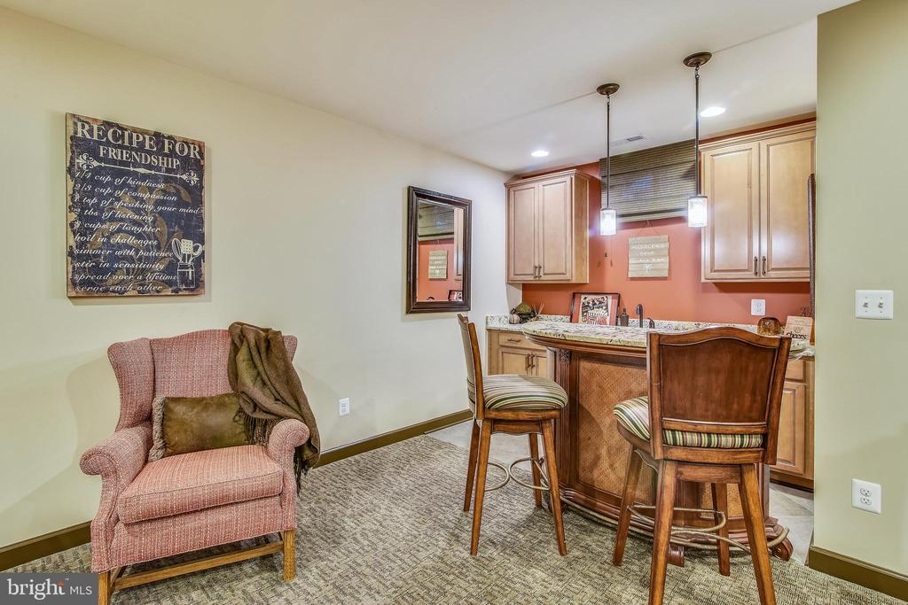 WET BAR WITH PENDENT AND RECESSED  LIGHTING - 20800 EXCHANGE ST, ASHBURN