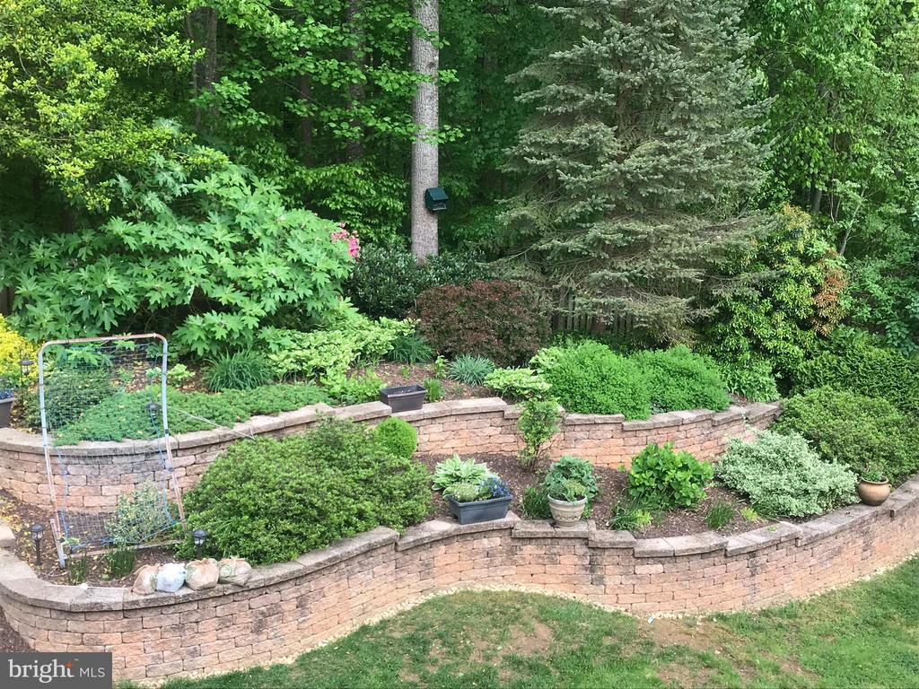 Extensive hardscaping and landscaping - 15230 BOWMANS FOLLY DR, MANASSAS