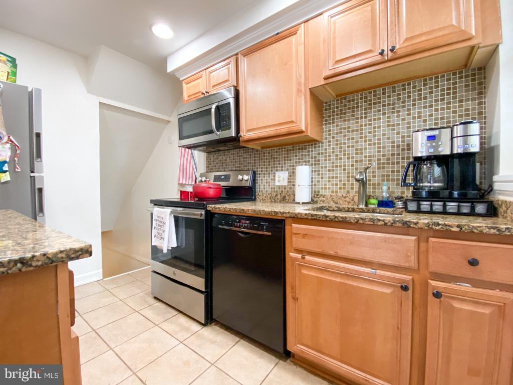 Kitchen with Backsplash and Stainless Appliances - 2812 S COLUMBUS ST, ARLINGTON