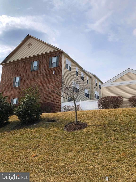 End unit with fence - 23600 BENNETT CHASE DR, CLARKSBURG