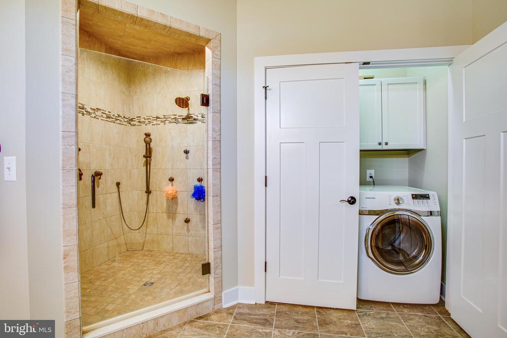 Laundry en suite in master - 208 LIMESTONE LN, LOCUST GROVE