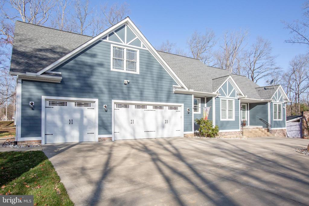 Home back from road on large circular driveway - 208 LIMESTONE LN, LOCUST GROVE