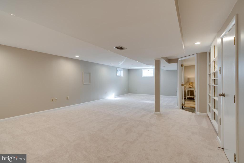 Large family room gets lots of natural light - 604 N LATHAM ST, ALEXANDRIA