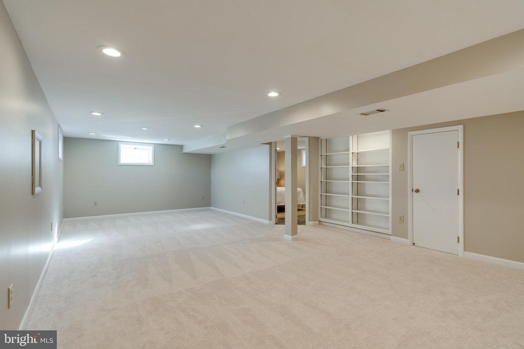 Large family room - 604 N LATHAM ST, ALEXANDRIA