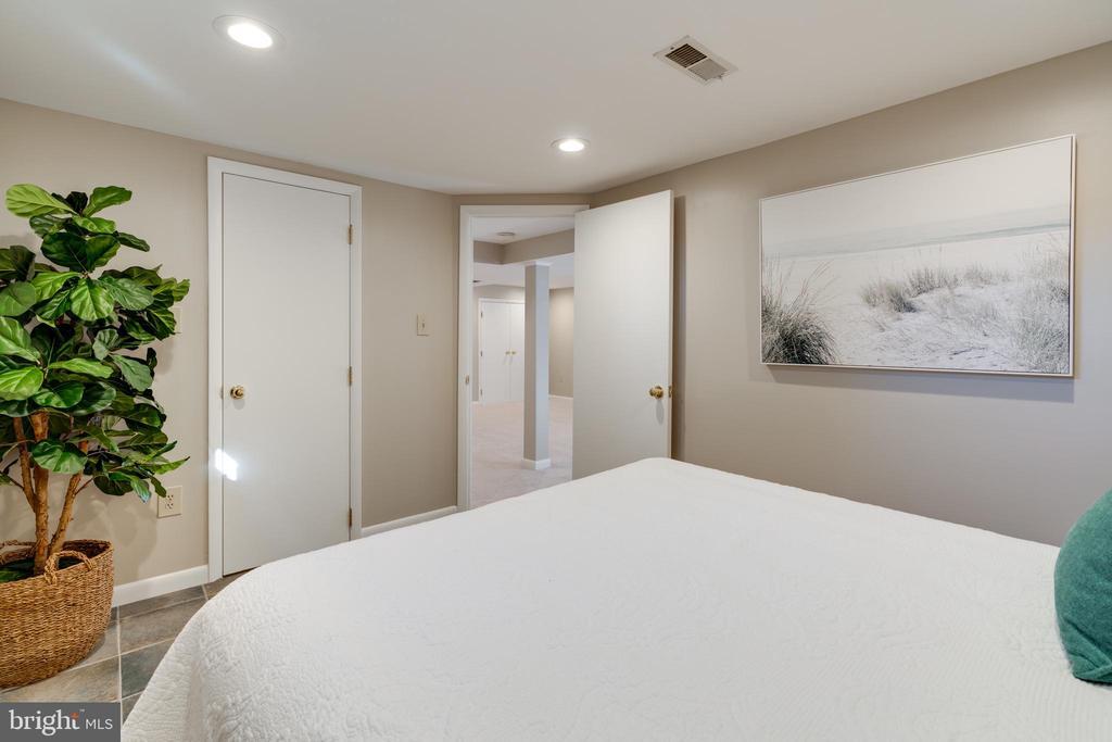 Basement bedroom has a large walk-in closet - 604 N LATHAM ST, ALEXANDRIA