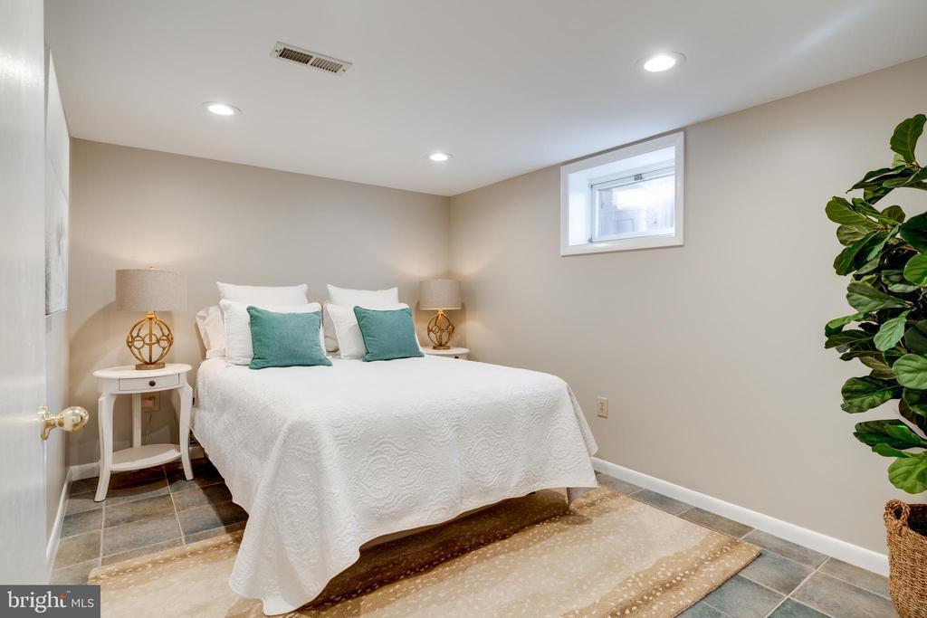 Basement bedroom with walk-in closet - 604 N LATHAM ST, ALEXANDRIA