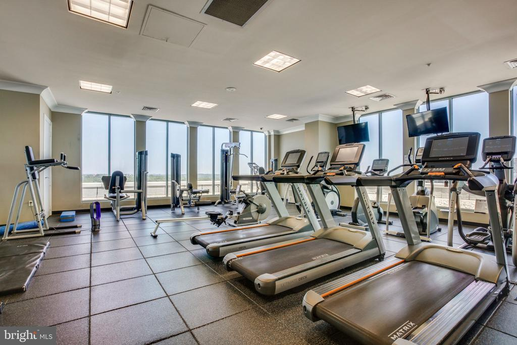 Large well equipped gym - 851 N GLEBE RD #1717, ARLINGTON