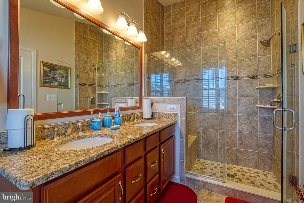 Oversized Shower with Upgraded Tile and Seat - 23399 CARTERS MEADOW TER, ASHBURN