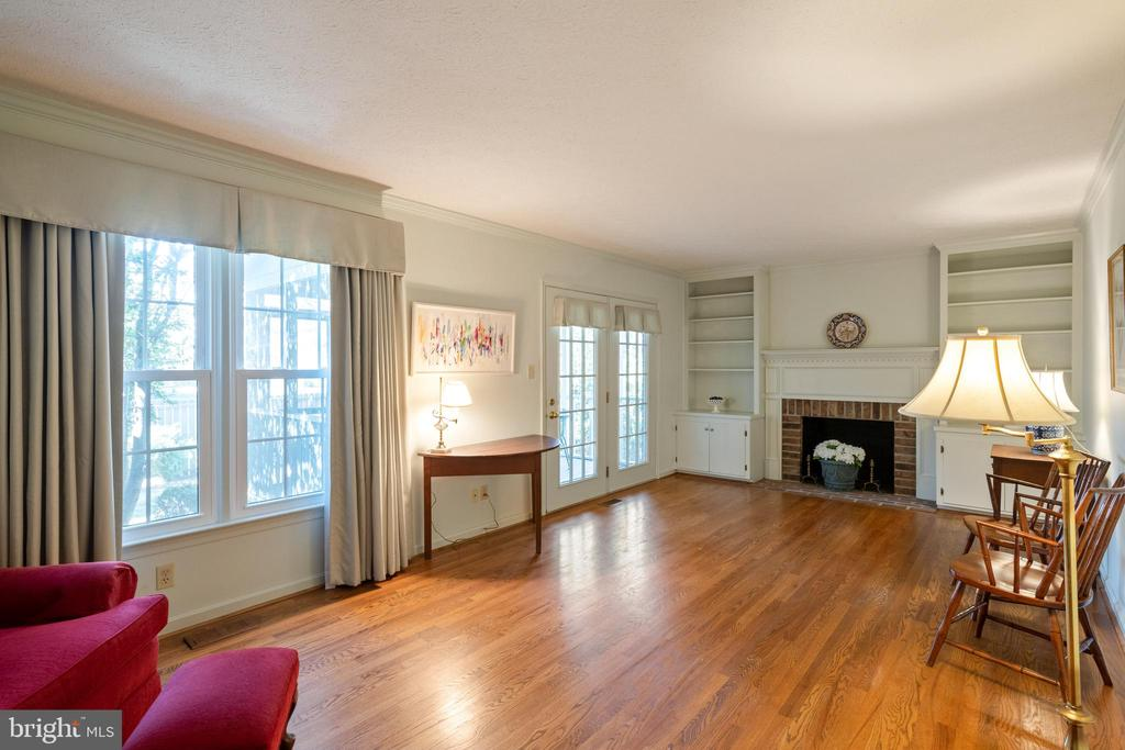 Hardwood floors throughout main level! - 1993 CIDERMILL LN, WINCHESTER