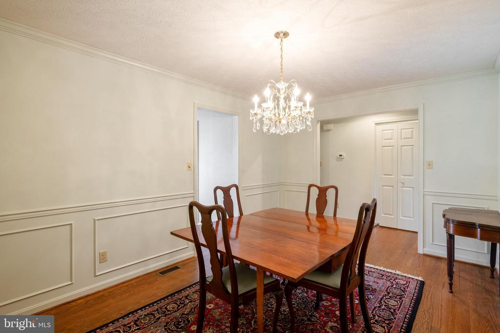 Beautiful chandelier conveys! - 1993 CIDERMILL LN, WINCHESTER