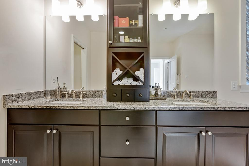 double vanity sinks in owner's suite - 312 GOODALL ST, GAITHERSBURG