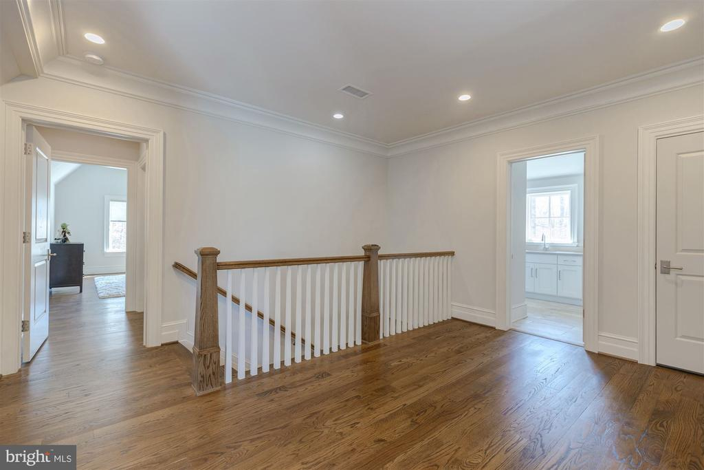Casual Upper Foyer - 7720-A GEORGETOWN PIKE, MCLEAN