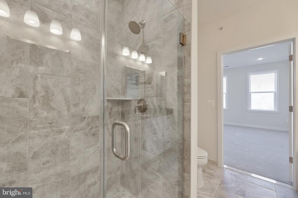 Large master bathroom with dual vanities - 43091 WYNRIDGE DR #307, BROADLANDS