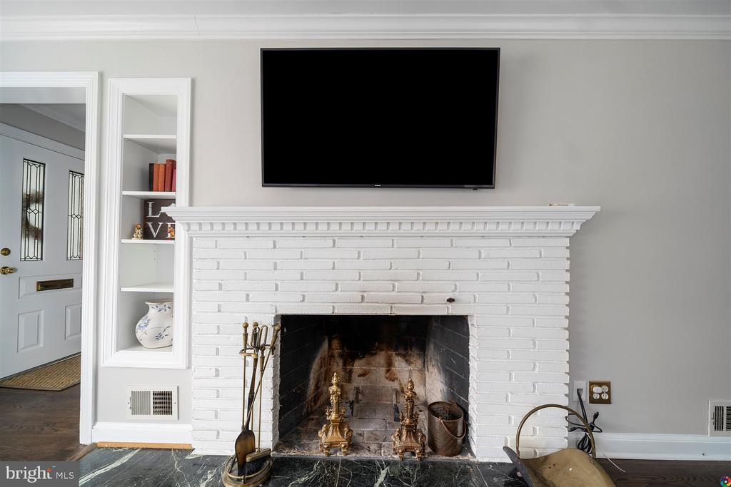 Wood burning fireplace in living room - 3008 RUSSELL RD, ALEXANDRIA