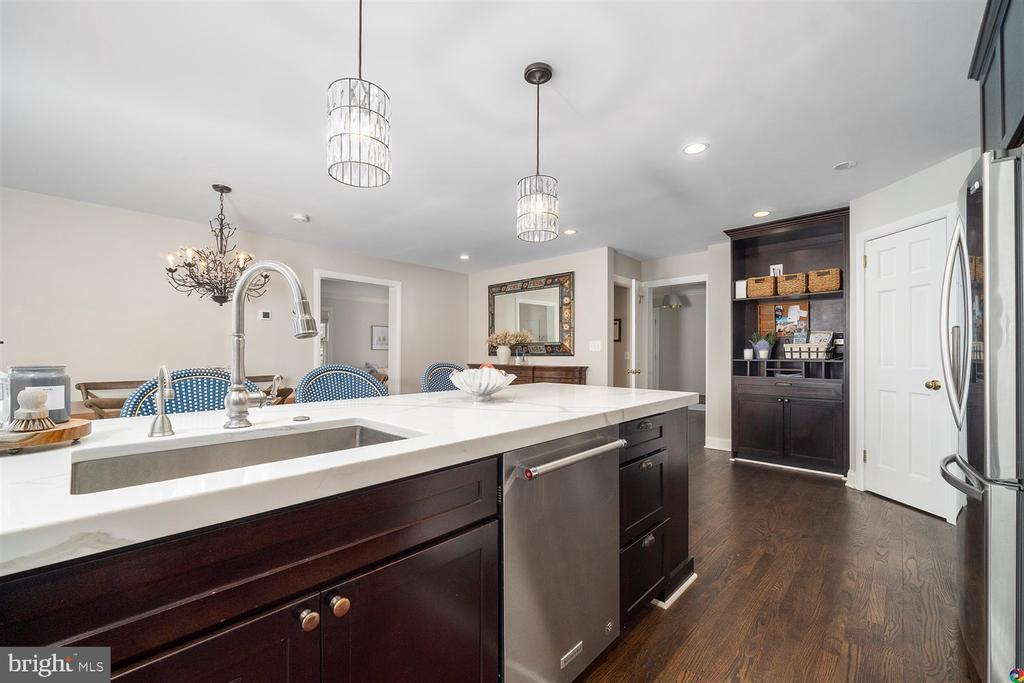 Large kitchen island - 3008 RUSSELL RD, ALEXANDRIA