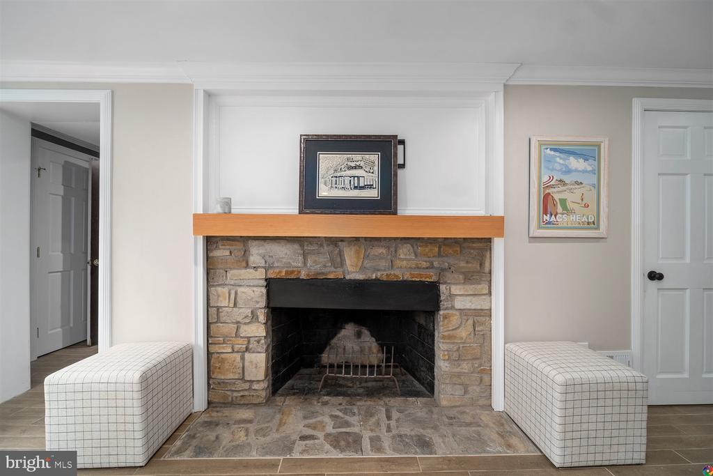 Wood burning fireplace in family room - 3008 RUSSELL RD, ALEXANDRIA