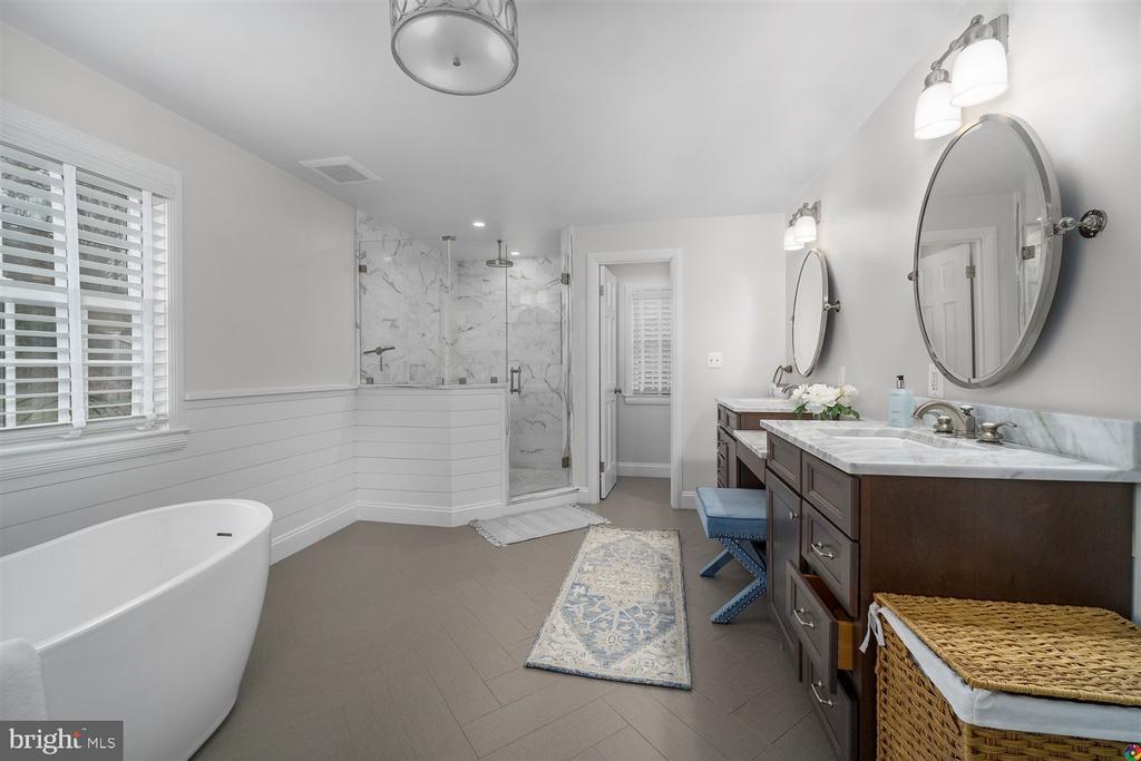Primary bathroom with soaking tub & custom shower - 3008 RUSSELL RD, ALEXANDRIA
